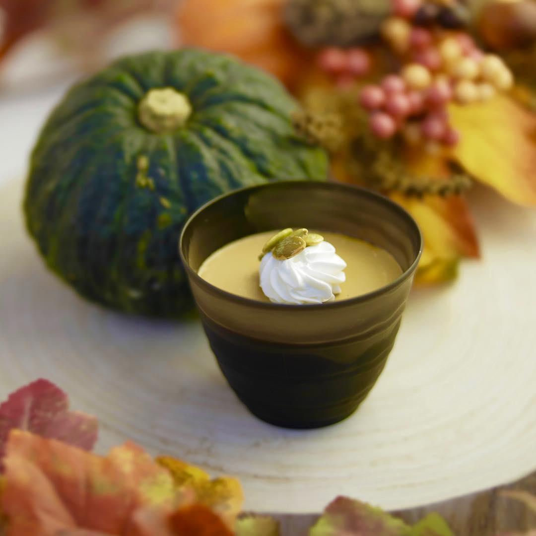 10月31日までの限定商品🎃 『かぼ茶プリン』 . ほうじ茶プリンの秋限定バージョン🍁 . ほうじの香りをしっか…