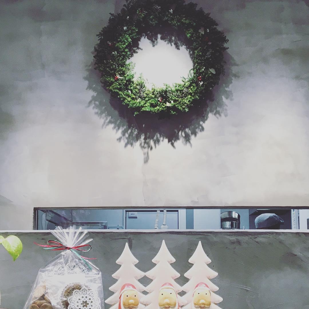 お店にクリスマスがやってきました。ミニサンタとクリスマス...