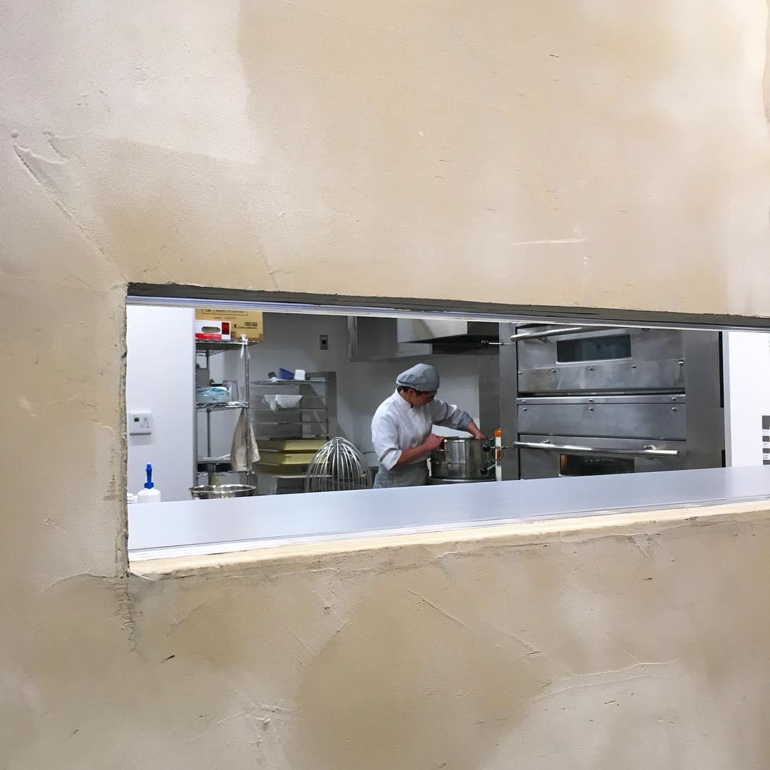 今日もシェフの後藤さんがお菓子を作っています🍪いつも販売員はここの隙間から作っているところを眺めています😜👌 #...