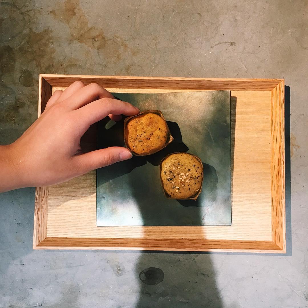 焙じ茶のスイートマロンと玄米茶のスイートポテトです🌰🍠スイートポテトは当店のお菓子で唯一玄米茶を使っているお菓子...