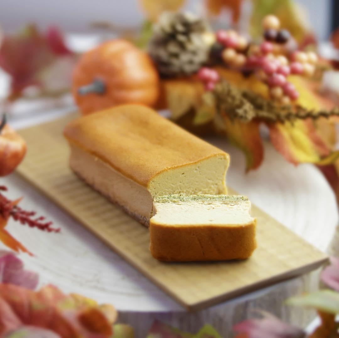 1周年祭に合わせて、 新商品『ほうじ茶チーズケーキ』の販売をスタートします。🍰 . 芳醇なほうじが香るあっさりと…