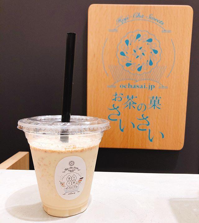 """.いつもありがとうございますお茶の菓さいさい 神戸マルイ店です。.. さっそくですが、あす5/18(土)〜販売スタートの商品ご紹介です♩."""" ほうじ茶 フローズンラテ """".昨年夏もご好評頂きました、期間限定の商品となります.ほうじ茶エスプレッソとミルクアイスの相性が◎写真のクラッシュクッキーインは、マルイ店人気の焼き菓子"""" ほうじ茶ラングドシャ """"を砕いて混ぜ合わせています.その他ホイップ+クッキーのトッピングもございます.これからの暑い季節、、お買い物の休憩やお仕事帰りにほうじ茶フローズンラテはいかがでしょうか️?ぜひ一度お試し下さい️️.※ほうじ茶フローズンラテ販売期間中、ほうじ茶ラテ(hot/ice)の販売は一時休止とさせて頂きます。.皆様のご来店、心よりお待ちしております.#お茶の菓さいさい#ほうじ茶#スイーツ#ほうじ茶スイーツ#期間限定#フローズン#ラテ#神戸マルイ"""