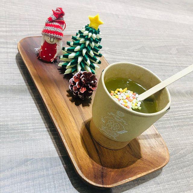 """.いつもありがとうございますお茶の菓さいさい神戸マルイ店です。..今年も冬季限定で""""ほうじ茶くず湯""""販売しております☃️.こちらは6袋入りもご用意しておりますので、焼き菓子と一緒に詰め合わせてギフトにもおすすめです..本日も神戸マルイ店は通常通り、20:30までの営業となります。皆様のご来店お待ちしております️.#ほうじ茶#ほうじ茶スイーツ#お茶#お茶スイーツ#神戸カフェ#くず湯#神戸スイーツ#神戸マルイ"""