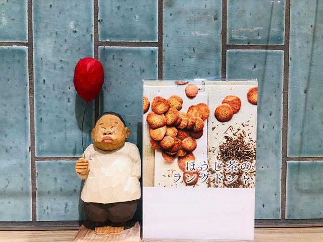 """.いつもありがとうございますお茶の菓さいさい神戸マルイ店です!..マルイ店1番人気の焼き菓子"""" ほうじ茶ラングドシャ """"再入荷致しました.数に限りがございますのでお早めに♀️..本日もマルイ店は通常通り〜20:30の営業となります皆様のご来店、心よりお待ちしております️..#お茶#ほうじ茶#ほうじ茶スイーツ#ほうじ茶専門店#ラングドシャ #クッキー#ほうじ茶クッキー#1番人気#焼き菓子#神戸マルイ"""
