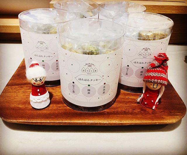""".いつもありがとうございますお茶の菓さいさい神戸マルイ店です!..""""ほろほろクッキー""""再入荷致しました♀️.こちらはほうじ茶、緑茶、玄米茶の3種セット。かわいい筒入りでプレゼントにも人気ですまた、各種バラ売りもございますのでスタッフまでお声がけください..本日も神戸マルイ店は通常通り20:30まで営業しております!皆様のご来店お待ちしております.#お茶#ほうじ茶#ほうじ茶スイーツ#ほうじ茶専門店#お茶スイーツ#クッキー#ほろほろクッキー#ほうじ茶クッキー#神戸マルイ"""