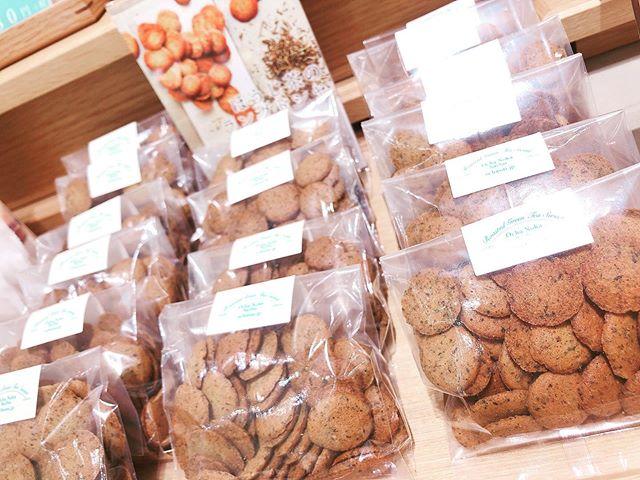 """.いつもありがとうございますお茶の菓さいさい神戸マルイ店です!!..マルイ店1番人気の焼き菓子"""" ほうじ茶 ラングドシャ """"再入荷致しました..おやつにもプレゼントにもおすすめ手軽にほうじ茶を楽しんで頂ける、さくさく食感のクッキーです️..本日もマルイ店は通常通り20:30まで営業しております。皆様のご来店、心よりお待ちしております️.#お茶#ほうじ茶#ほうじ茶スイーツ#ほうじ茶好き#ほうじ茶専門店#ラングドシャ #ほうじ茶ラングドシャ #ほうじ茶クッキー"""