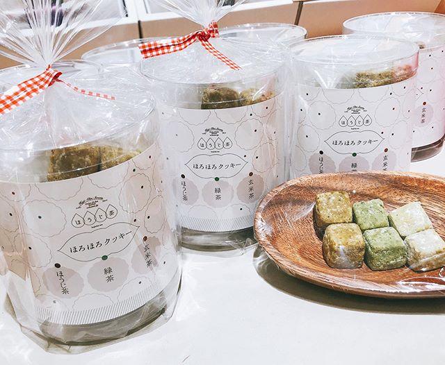 """.いつもありがとうございますお茶の菓さいさい神戸マルイ店です!.."""" ほろほろクッキー """"再入荷致しました.お味はほうじ茶 緑茶 玄米茶の3種3種セットは見た目もかわいい筒入りでプレゼントに人気です️♩.あさって3/14のホワイトデーにもぴったりですね..こちら数に限りがございますので、お早めにどうぞ.マルイ店は〜20時まで営業しております。皆様のご来店お待ちしております..#ほうじ茶#お茶#ほうじ茶スイーツ#ほうじ茶好き#ほうじ茶専門店#クッキー#ほろほろクッキー#プレゼント#ホワイトデー"""