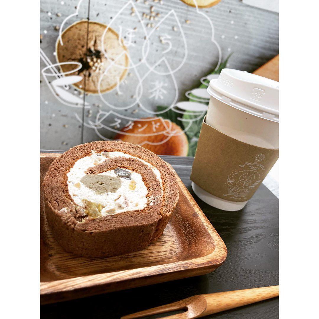 """.いつもありがとうございますお茶の菓さいさい神戸マルイ店です♩..︎季節限定商品"""" 栗とほうじ茶のロールケーキ"""".販売開始いたしました.栗入りマロンクリーム+ほうじ茶カスタードクリームをショコラ生地で包みました.甘すぎない、素材の味を生かした栗を感じて頂ける商品です️..マルイ店では、ほうじ茶とのセットでお得なスイーツセットもご用意しております.手土産やおやつに、ぜひ一度お召し上がりくださいませ..皆様のご来店、お待ちしております!.#ほうじ茶#ほうじ茶スイーツ#ほうじ茶好き#ほうじ茶ロール#ロールケーキ#栗#栗スイーツ#季節限定#期間限定#神戸マルイ"""